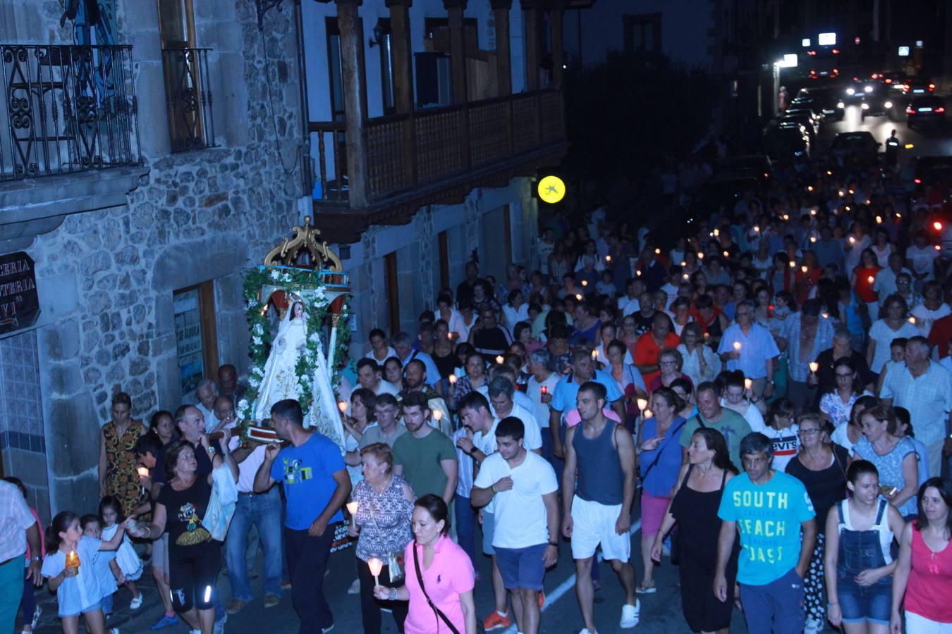 La virgen de Valmayor baja en andas a Potes en una procesión nocturna
