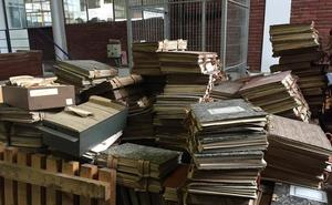Miles de documentos históricos sobre la dictadura en Santander aparecen hacinados en una nave municipal