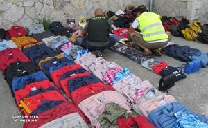 Investigados tres senegaleses y una española por vender ropa falsificada en los mercados de Laredo y Oriñón
