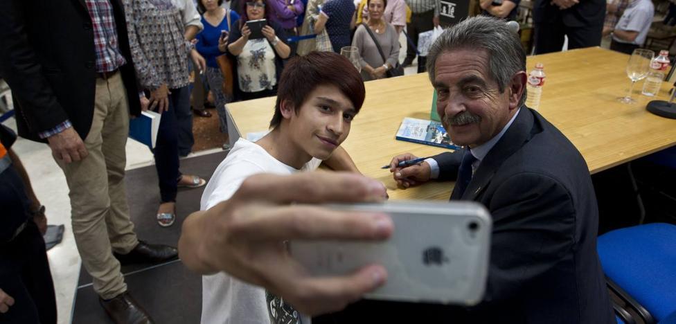 Hazte un selfie con Revilla en su despacho