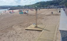 Nuevas pasarelas de madera y duchas adaptadas en las playas de Suances