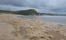 La aparición de gran cantidad de espuma en playas de Suances y Cuchía dispara las alarmas de nuevo