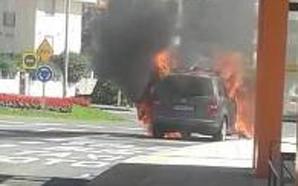 Se calcina un coche frente al hospital de Valdecilla