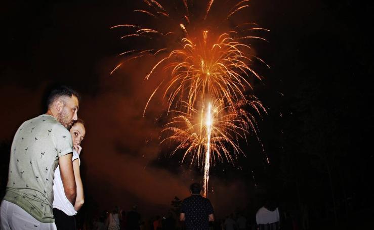 Los fuegos iluminan la noche festiva de Torrelavega
