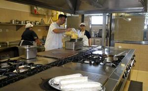 Principio de acuerdo para evitar el encierro de los trabajadores de la cocina del Hospital Sierrallana