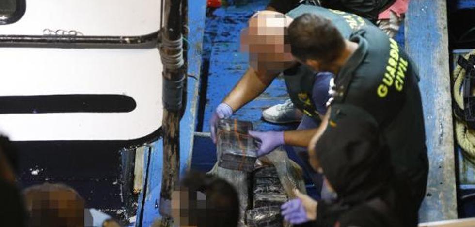 La búsqueda de fardos de cocaína, tras los aparecidos en Asturias, se extiende hasta la costa cántabra