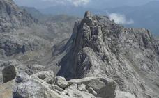 Herido grave un hombre en Picos de Europa tras despeñarse 70 metros en la cresta del Madejuno