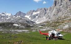 El helicóptero del Gobierno rescata a un ciclista accidentado en una pista de Picos de Europa