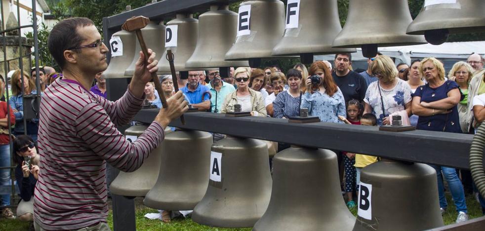 Las campanas de Meruelo vuelven a sonar contra el olvido de la tradición