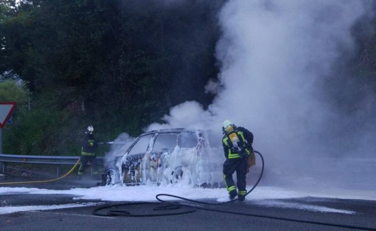 Un coche se incendia en la A-8, en Guriezo