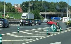 Vuelca un coche en la autovía S-10, en dirección Santander