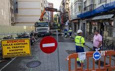 La calle Cervantes ya está cortada al tráfico por las obras de peatonalización