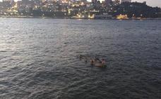 Cinco jóvenes rescatados tras volcar su bote en la bahía de Santander