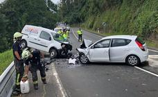 Dos heridos en un choque frontal entre dos vehículos en Treceño
