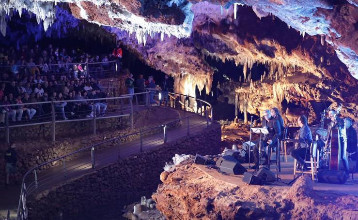 Loquillo repasa 40 añosd e carrera desde la cueva de El Soplao