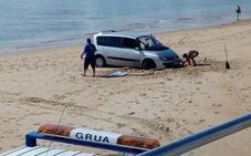 Aparcan un monovolumen en una playa de Santander y les tienen que rescatar antes de que suba la marea