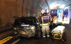 Cuatro heridos en un espectacular accidente de tráfico en el túnel de Pedredo, en Arenas de Iguña