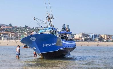 Un pesquero de Suances pierde el gobierno y acaba varado en la playa