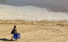 La playa de San Juan de la Canal aparece cubierta de espuma