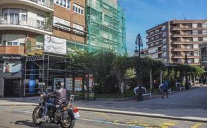 Los vecinos reparan el edificio de Pequeñeces, en Torrelavega, que fue vallado por seguridad