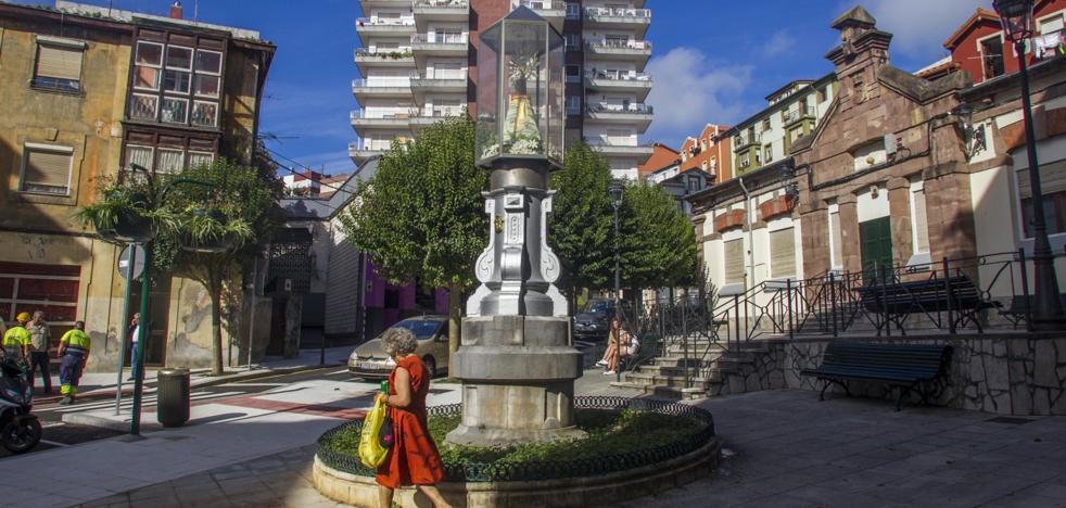 Las jardineras en la plazoleta del Pilar, en Perines, rematan la reforma del barrio