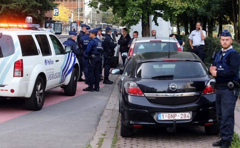 Un hombre armado con un cuchillo ataca a un policía en Bruselas