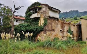Cs Valle de Buelna denuncia el mal estado de algunas edificaciones en Los Corrales