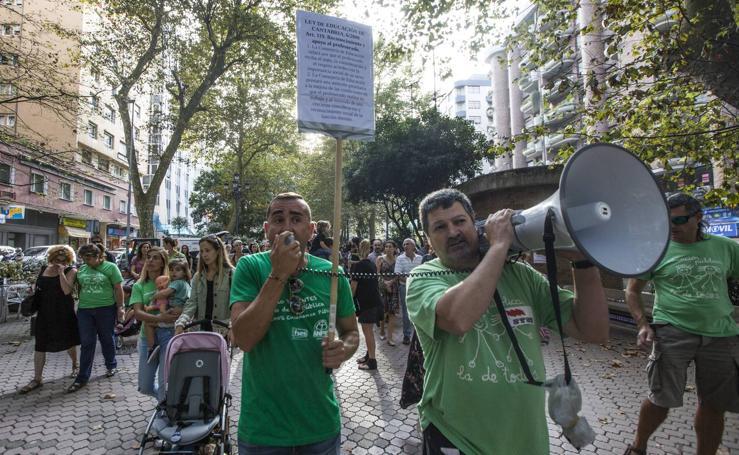 Un millar de profesores protestan contra el cambio de horarios