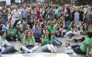 Un millar de profesores reclama en la calle recuperar la jornada reducida