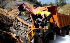 Herido el conductor de un camión tras volcar por una ladera de 12 metros en Castro