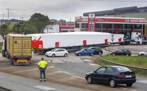 Colapsados tres horas los accesos al Corte Inglés por la avería de un camión con una carga especial