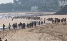 Un millar de personas recorre las playas de Santander para sumar apoyos a la lucha contra el cáncer