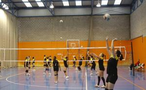 La oposición denuncia que las escuelas deportivas han comenzado sin contrato