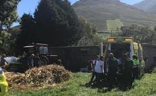 Herido grave un hombre de Bárcena de Pie de Concha al sufrir un accidente con una máquina agrícola