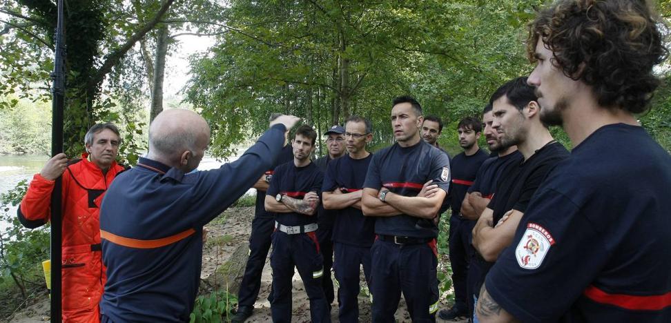Bomberos y jardineros de Torrelavega reciben formación para hacer frente a la avispa asiática
