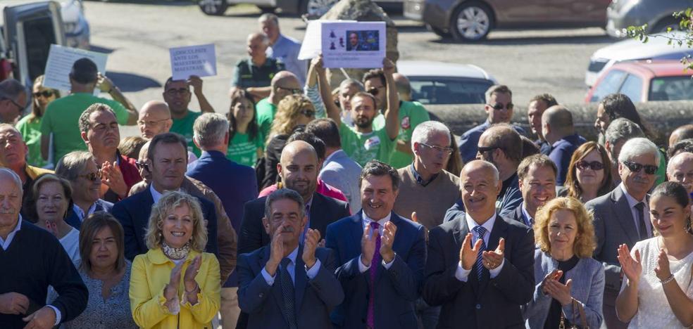 Los sindicatos reciben a Mañanes y Revilla con gritos de 'dimisión' en el arranque oficial del curso