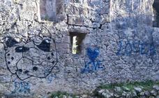 Las ruinas de la ermita de San Julián de Liendo aparecen llenas de pintadas