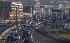Un accidente ha provocado largas colas para entrar en Santander por la S-10
