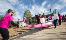 Las Estelas Rosas botan su 'dragón' en el pantano del Ebro