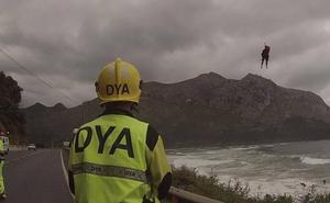 Rescatado un surfista que se quedó aislado en los acantilados de Oriñón