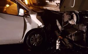 Una conductora resulta ilesa tras empotrarse contra un camión de mantenimiento de carreteras