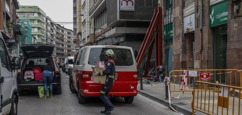 Los vecinos del edificio apuntalado en Pereda solicitan volver a sus casas