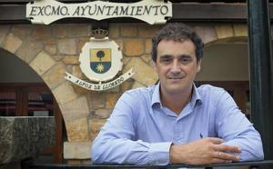 Un juzgado da la razón al concejal del PSOE al que el alcalde de Alfoz de Lloredo expulsó de un pleno por grabar con el móvil