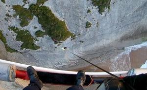 Complicado rescate en helicóptero de un joven enriscado en un acantilado de Suances