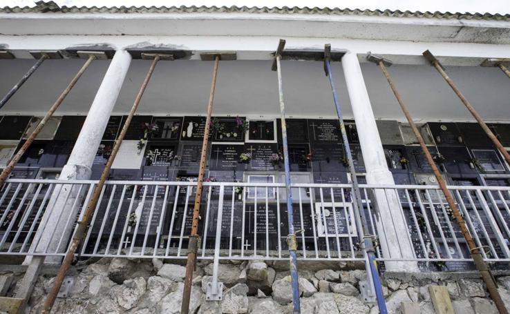 Andamios y grietas en los nichos de Ciriego
