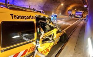 Un accidente en el túnel de Somaconcha deja un herido leve y un carril cortado