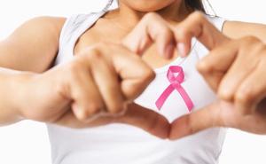 Avril en la Ría se tiñe de rosa contra el cáncer de mama