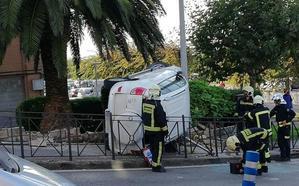 Una mujer de 67 años, herida tras volcar su coche en una rotonda de Los Castros