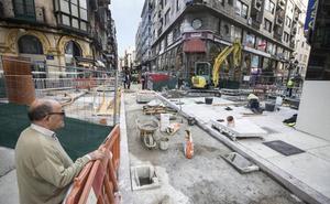 Las nuevas aceras de la calle Cervantes ya se dejan ver en medio de las obras