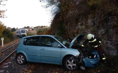 Un hombre, herido leve tras ser arrollado su coche por el tren